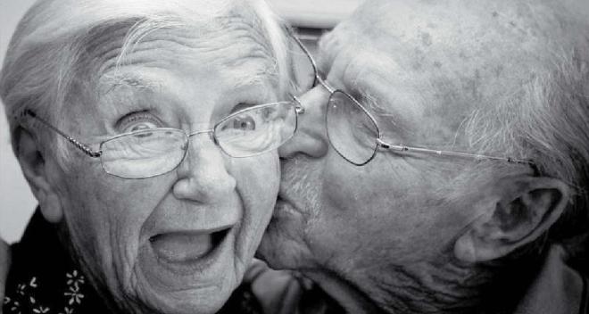 viejitos beso